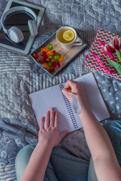あなたが本を読み、お菓子と一緒に暖かいお茶を飲むときの朝春夏週末。 Premium写真