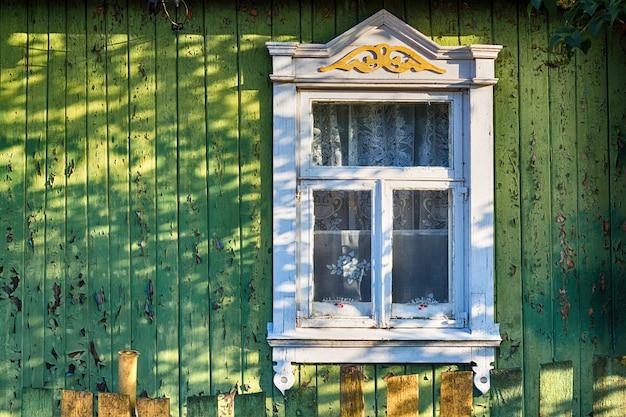 ビンテージスタイルの素朴な古い家のパターンを持つ古い窓のシャッター Premium写真