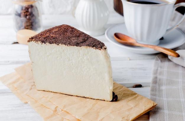 挽いたコーヒーのソフトチーズとブラックコーヒー一杯 Premium写真