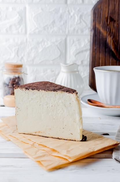 ソフトチーズとブラックコーヒーのカップ Premium写真