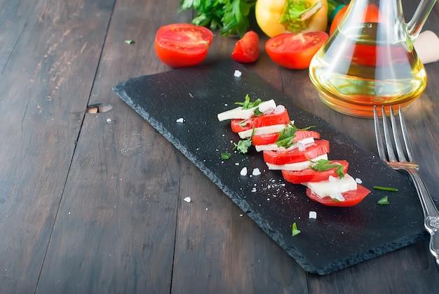 柔らかいチーズとトマトのカプレーゼサラダ。 Premium写真