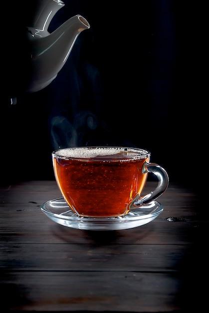 黒の背景にお茶のカップ Premium写真
