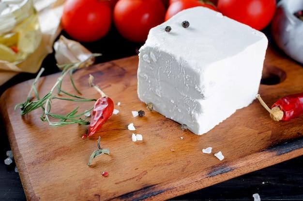 白い柔らかいチーズ-フェタチーズまたはモッツァレラチーズ Premium写真