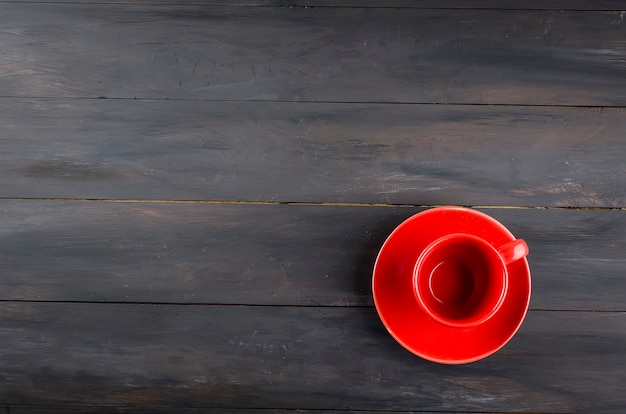 空の赤カップとソーサー Premium写真
