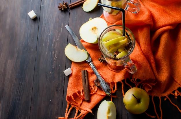 リンゴとスパイスのデトックス水-アニス、シナモン Premium写真