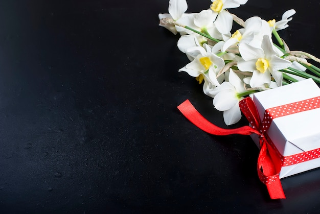 花束水仙と黒の背景のギフト Premium写真
