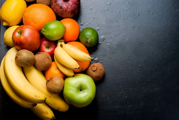 黒の背景に多くの様々な果物 Premium写真