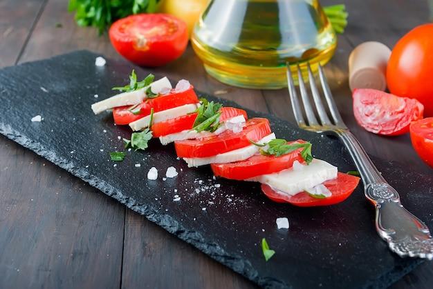 ソフトチーズとトマトのカプレーゼサラダ。 Premium写真