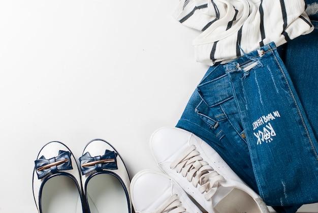マリンスタイルで女性服のフラットレイアウトセット Premium写真
