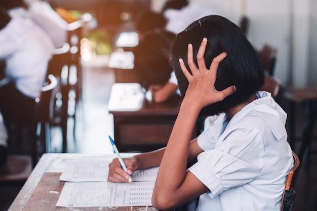 学校の教室でストレスを受験する学生。 Premium写真