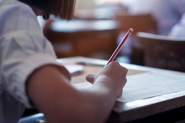 学校の教室でストレスと試験を受ける学生 Premium写真