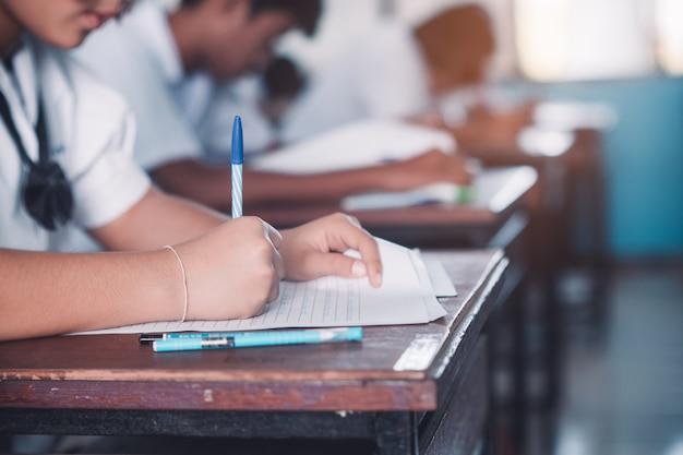 ストレスのある学校の教室でテストや試験をしている学生 Premium写真