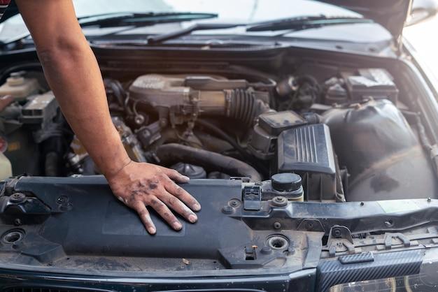ガレージでエンジンを修理する自動車整備士探しと分析 Premium写真