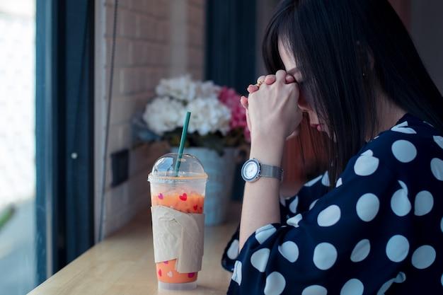 孤独で何かを考えて窓の近くのアジアの悲しい女性 Premium写真