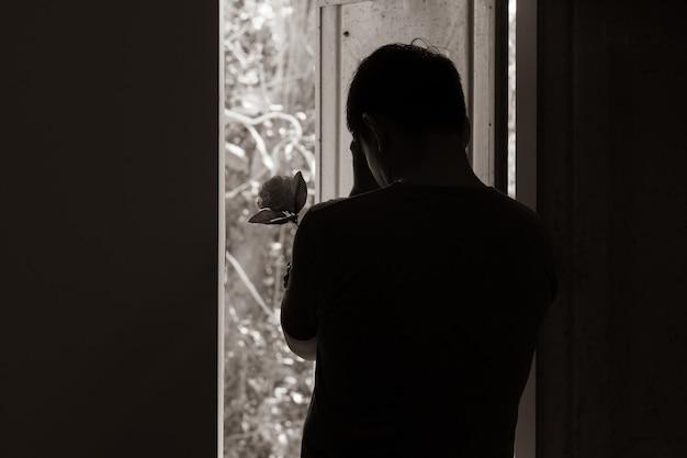 Грустный человек и роза в день святого валентина. Premium Фотографии