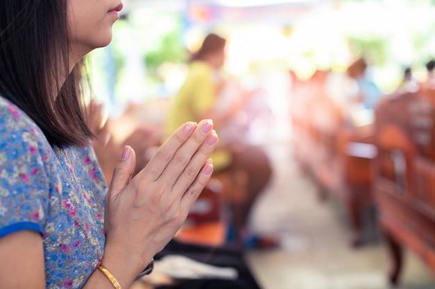アジアの女性の手は仏を尊重します Premium写真