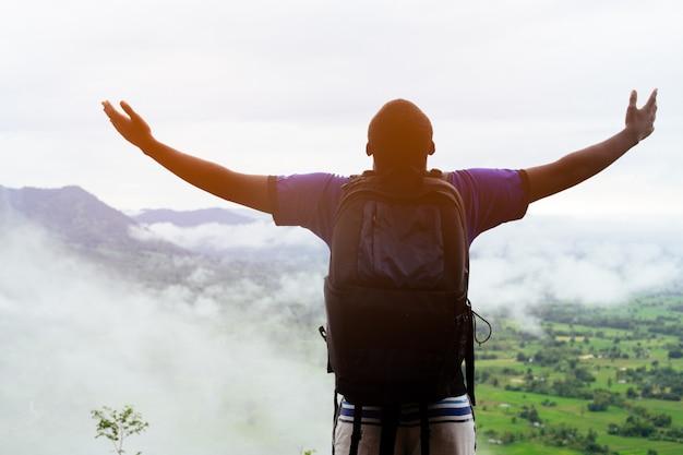 Свобода африканские альпинисты встают на вершину холма, покрытого туманом. Premium Фотографии
