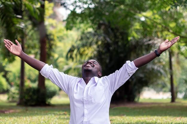 感情的なアフリカ人が風に笑って Premium写真