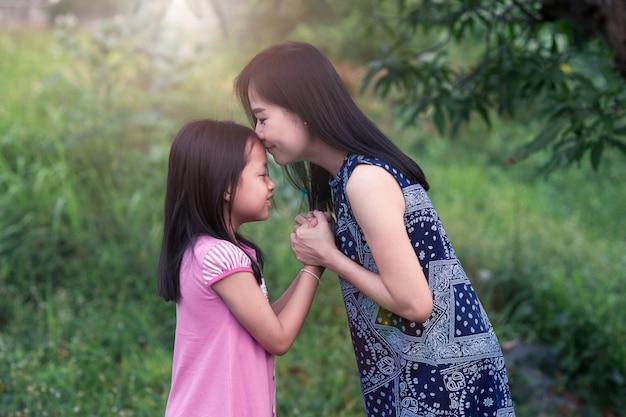 母娘にキスをし、愛と手をつないで Premium写真
