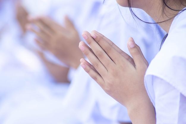 仏教の祈りを作る女の子の手にクローズアップ。 Premium写真