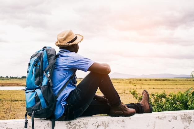 Африканский турист путешественник человек с рюкзаком Premium Фотографии