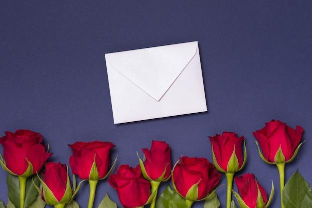 バレンタインデーメッセージの背景、赤いバラとシームレスな青い背景、メモ Premium写真