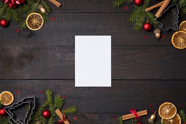 Деревянный фон с белой пустой карты, рождественские украшения кадра. Premium Фотографии