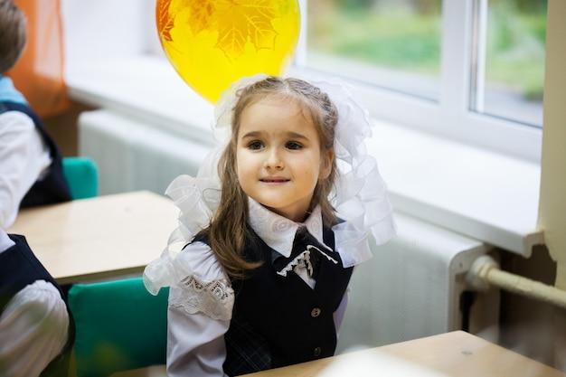 Девушка носит школьную форму в школе Premium Фотографии
