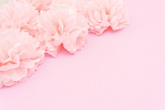繊細なピンクの背景は紙牡丹とモックアップし、テキストのための場所。 Premium写真