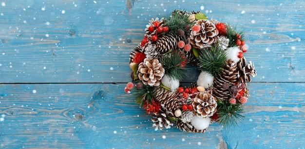 スプルースとクリスマスの飾りの花輪 Premium写真