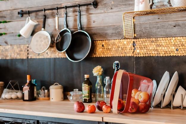 素朴なスタイルのモダンな家庭用キッチンのインテリアとデザイン。 Premium写真