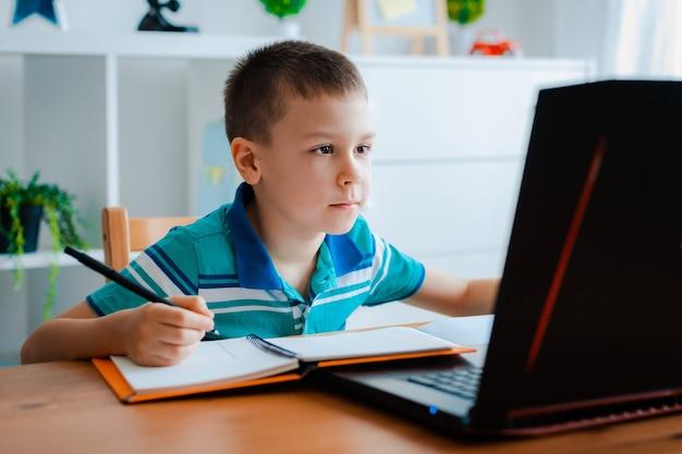 Дистанционное обучение онлайн-образование. Premium Фотографии