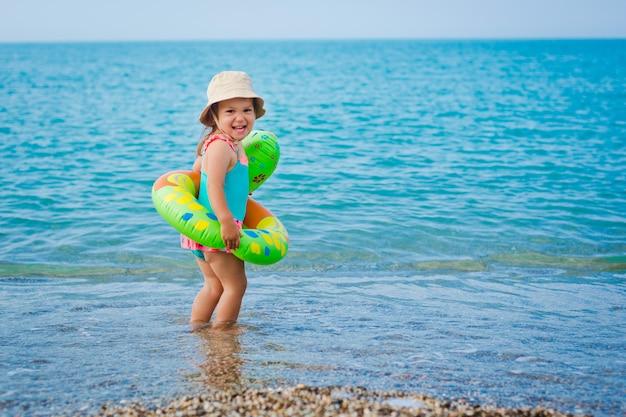 Ребенок играет на пляже Premium Фотографии