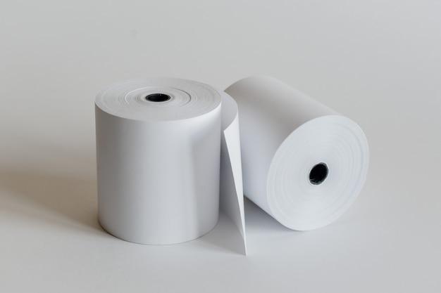 Рулон кассовой ленты, изолированные на мягкий серый. Premium Фотографии