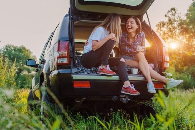 Наслаждайтесь отдыхом и общением в пикнике со своими лучшими друзьями. Premium Фотографии