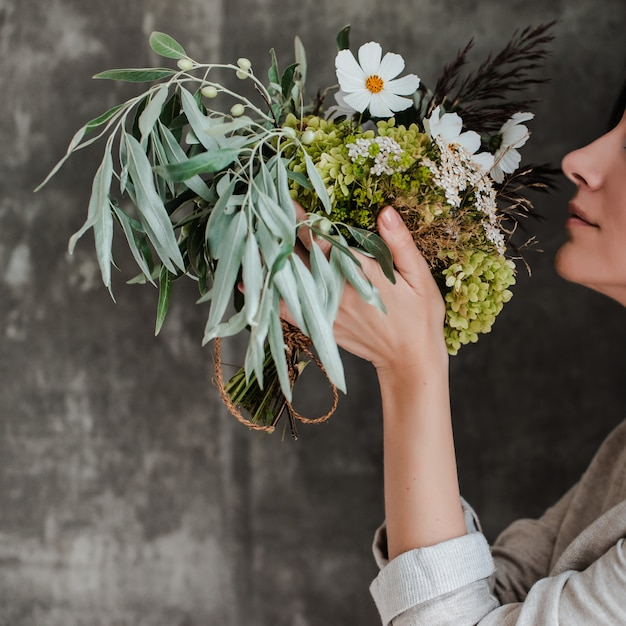 ガラスの花瓶に白い花の花束 Premium写真