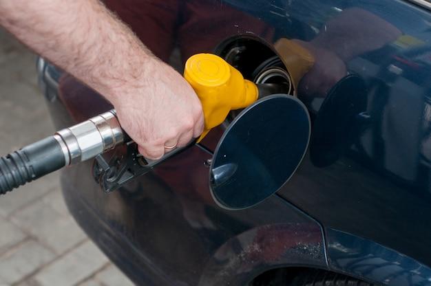 赤緑黄色オレンジ色の燃料ガソリンディスペンサーの背景 Premium写真