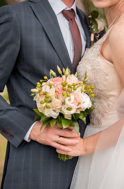 花嫁のウェディングブーケ。結婚式の日。幸せな花嫁花嫁のブーケ白い花の美しい花束。美しい花。 Premium写真