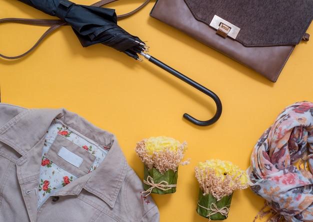 銀色の女性スニーカー、スカーフ、明るい黄色の背景にバッググレー。秋のファッションのコンセプト。平面図、平干し Premium写真