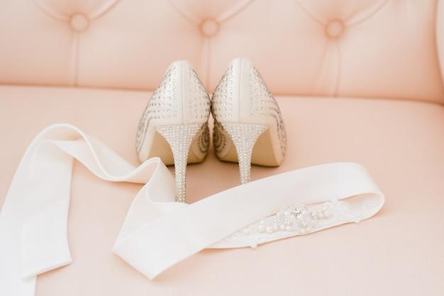 料金中に花嫁のための美しいブライダルアクセサリー。ドレッシングテーブル Premium写真