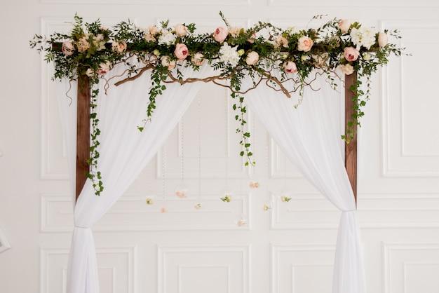 花と結婚式のアーチ Premium写真