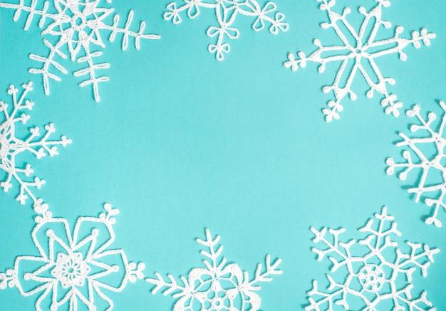 漂白デニムジーンズファッション。デニムの背景に白のニットパターン。青いデニムジーンズキャンバスに白の模様。 Premium写真
