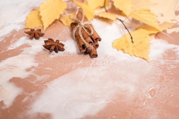 Сухие осенние желтые листья березы на бетоне. уютная осень Premium Фотографии