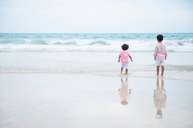 夏休みにビーチで遊ぶ二人の少年 Premium写真