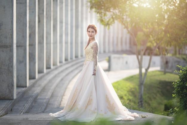 草原のウェディングドレスのアジアの女性の花嫁 Premium写真