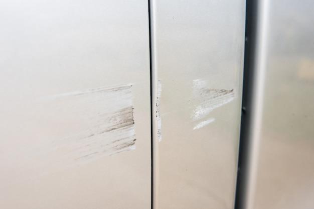 車は塗料への深い損傷、道路上の車の事故で傷が付いています。 Premium写真