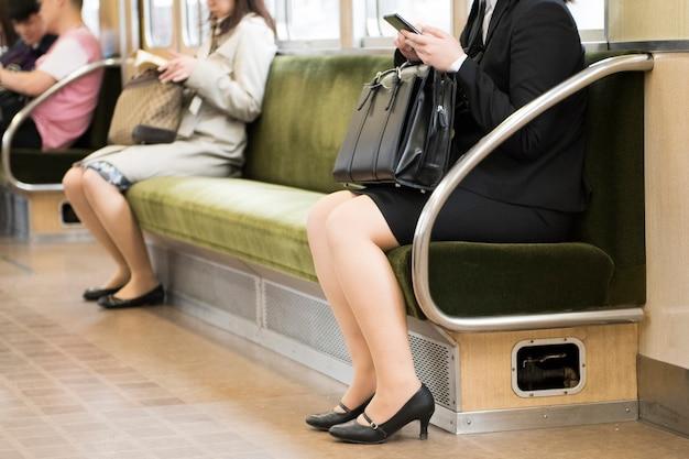 東京メトロ通勤者グラウンドビュー、公共交通機関の乗客の低いセクションで人々の足を表示します。 Premium写真