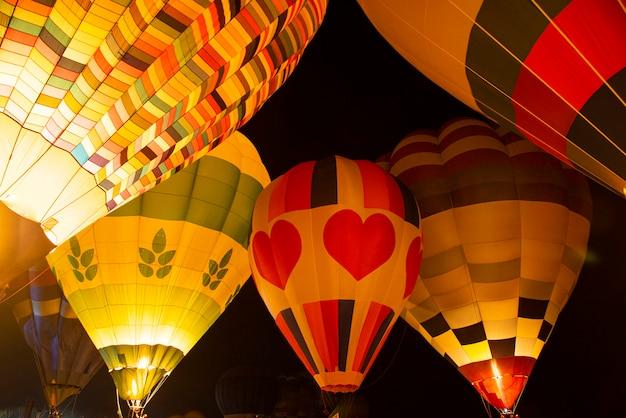 Воздушные шары светятся ночью плавают в фестивале Premium Фотографии
