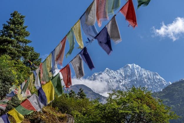 ネパールのカラ・パタールからの仏教徒の祈りの旗を掲げたエベレストとヌプートの眺め Premium写真