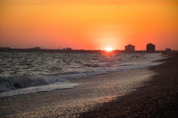 海の波。クリミア海。日没時の高波。海で晴れた日。砂浜 Premium写真